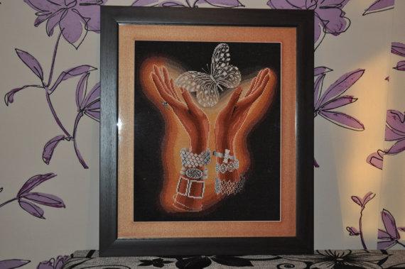 Вышивка крестом бабочка в руках